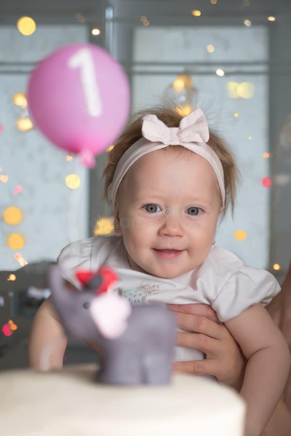 Niños felices Fondo de la fiesta de cumpleaños Muchacha y torta de cumpleaños sonrientes Cumpleaños, un año Pequeño de un año fotos de archivo