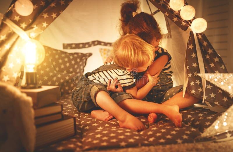 Niños felices hermano de la familia y juego de la hermana, risa y abrazo i imagen de archivo libre de regalías