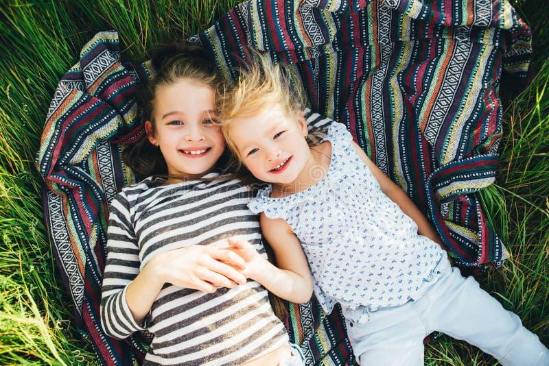Niños felices lindos que juegan en la primavera archivada imagen de archivo libre de regalías