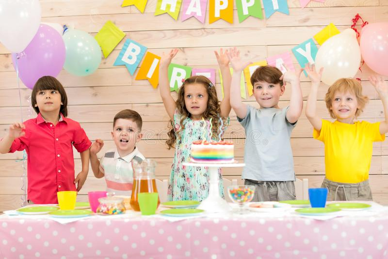 Ni?os felices que celebran d?a de fiesta del cumplea?os imagen de archivo libre de regalías