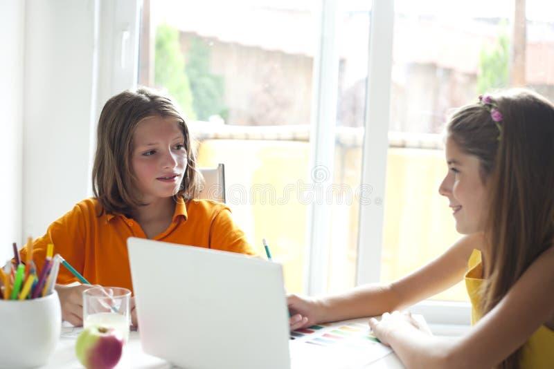 Niños felices que hablan en sala de clase fotos de archivo libres de regalías