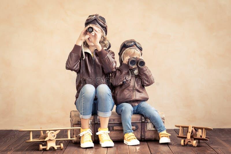 Niños felices que juegan con el aeroplano del juguete foto de archivo