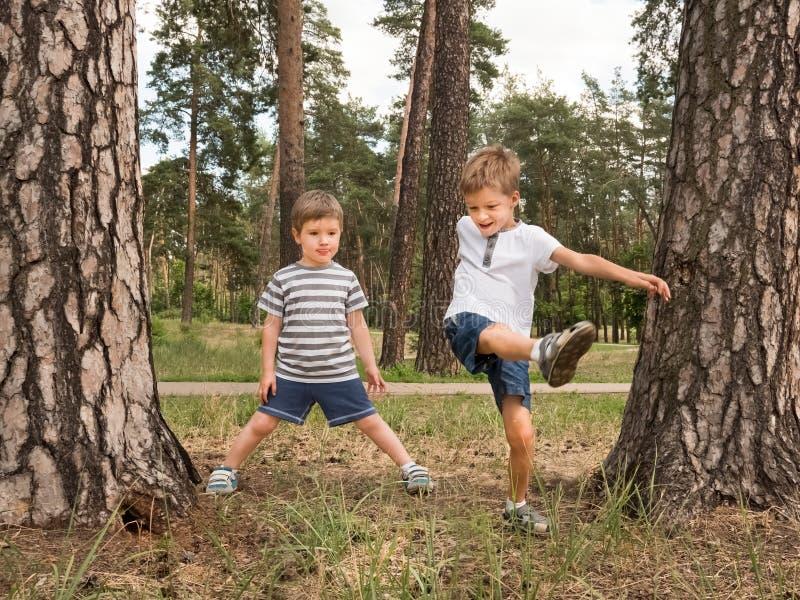 Niños felices que se divierten al aire libre Buen efecto de las emociones foto de archivo libre de regalías
