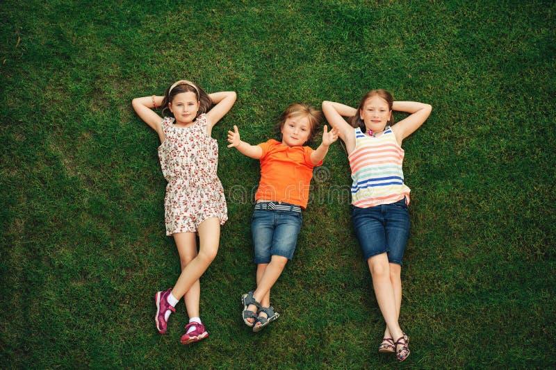 Niños felices que se divierten al aire libre imagen de archivo libre de regalías