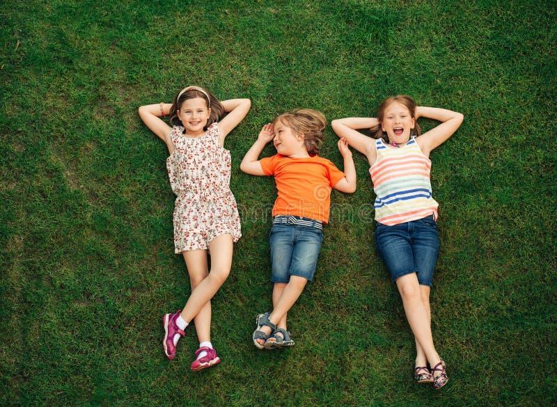 Niños felices que se divierten al aire libre fotografía de archivo libre de regalías