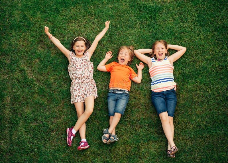 Niños felices que se divierten al aire libre foto de archivo libre de regalías