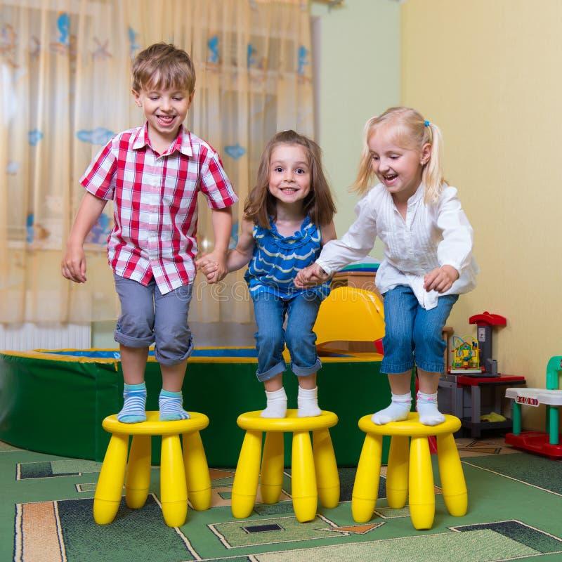 Niños felices que se divierten en casa fotografía de archivo