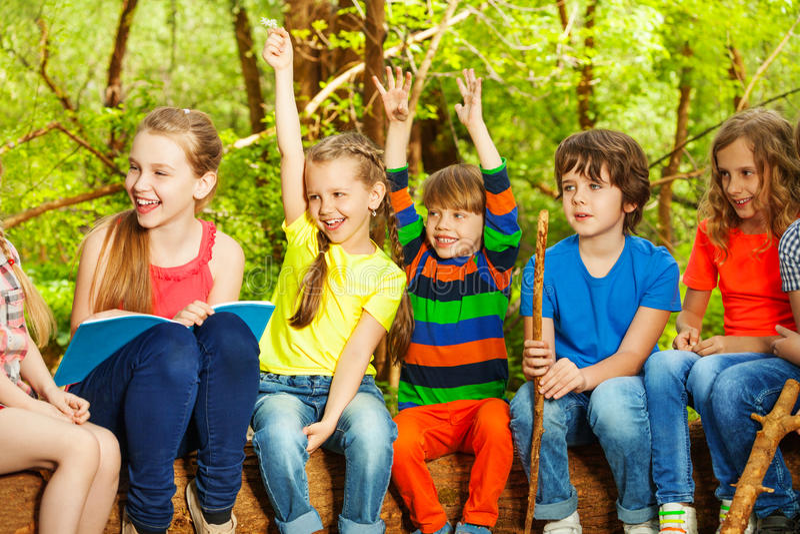 Niños felices que se divierten en el campamento de verano fotografía de archivo