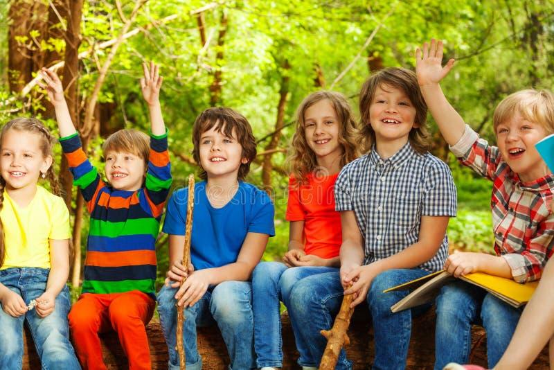 Niños felices que se divierten en el campamento de verano al aire libre imagen de archivo