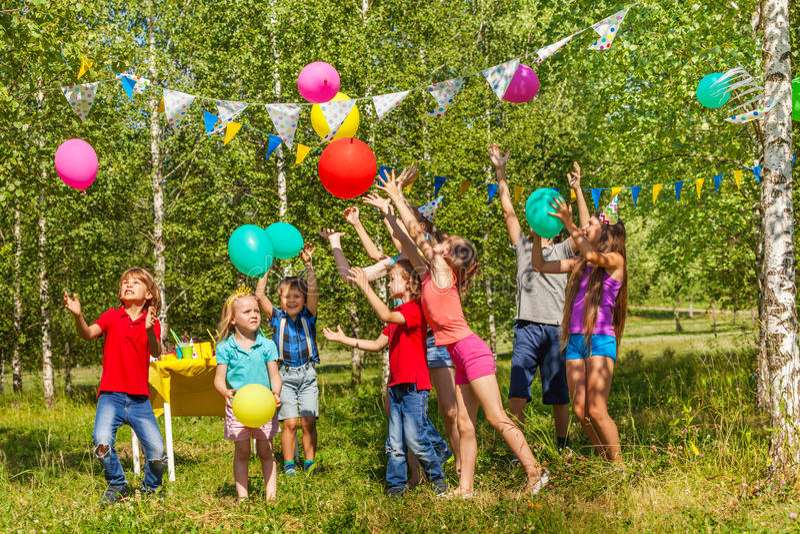 Niños felices que se divierten que juega los globos afuera imágenes de archivo libres de regalías