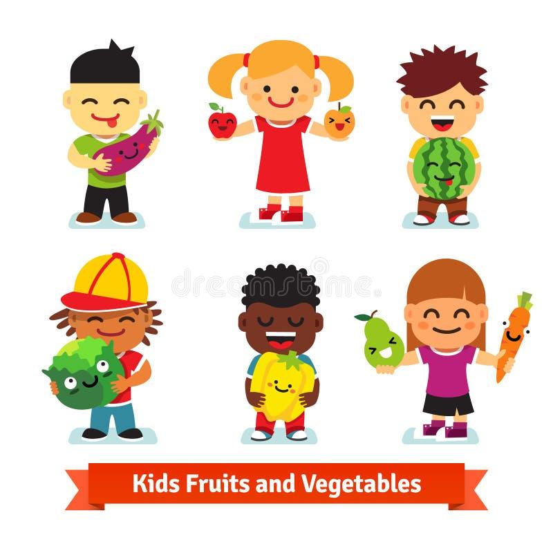 Niños felices que sostienen las frutas y verduras sonrientes ilustración del vector