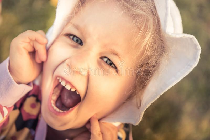 Niños felices que tienen forma de vida despreocupada de la niñez de la diversión imágenes de archivo libres de regalías