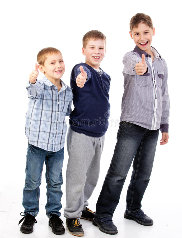 Niños felices que trabajan en equipo imagenes de archivo