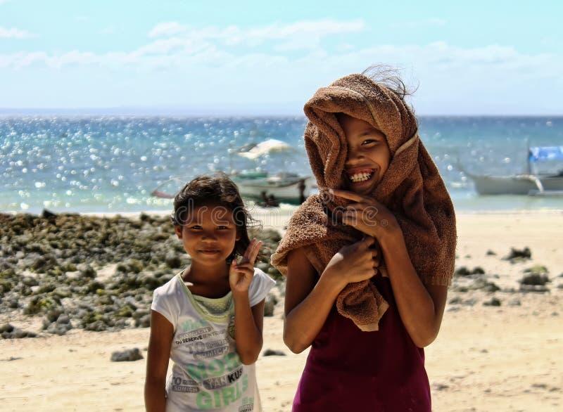 Niños felices y de risas fotos de archivo