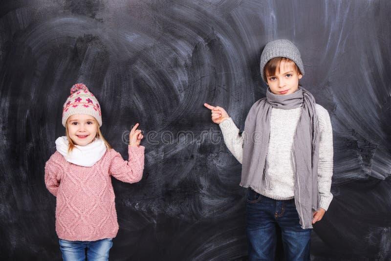 Niños hermosos en el fondo imagen de archivo