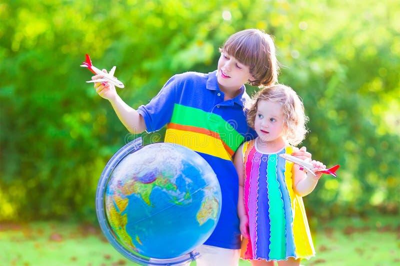 Niños hermosos que juegan con los aeroplanos y el globo imágenes de archivo libres de regalías