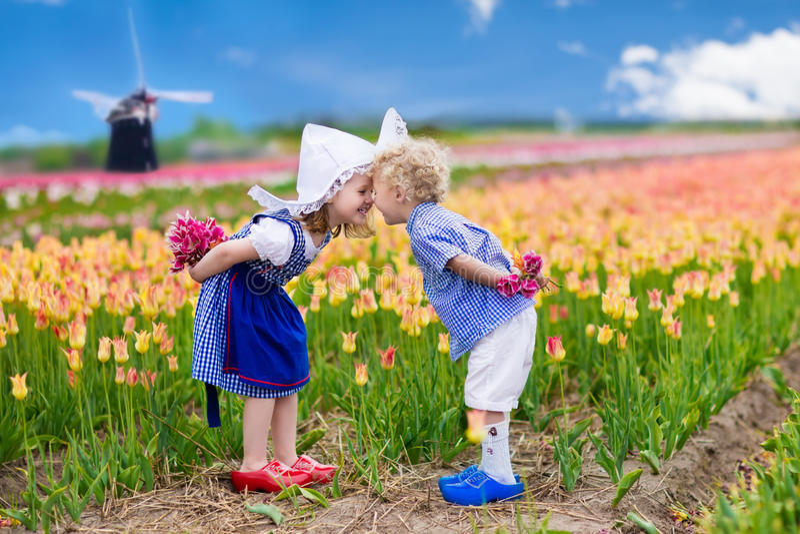 Niños holandeses en campo del tulipán foto de archivo