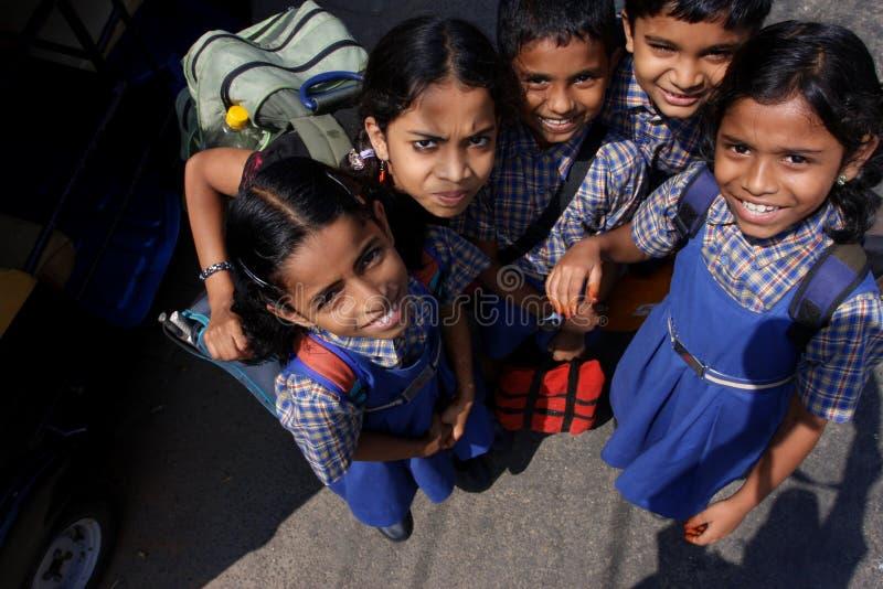 Niños indios en uniformes escolares foto de archivo