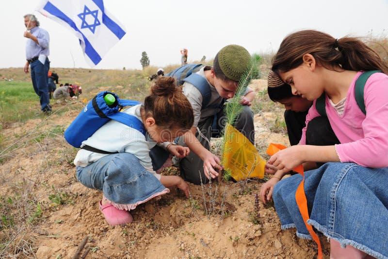 Niños israelíes que celebran la comida judía del día de fiesta del Tu Bishvat fotos de archivo libres de regalías