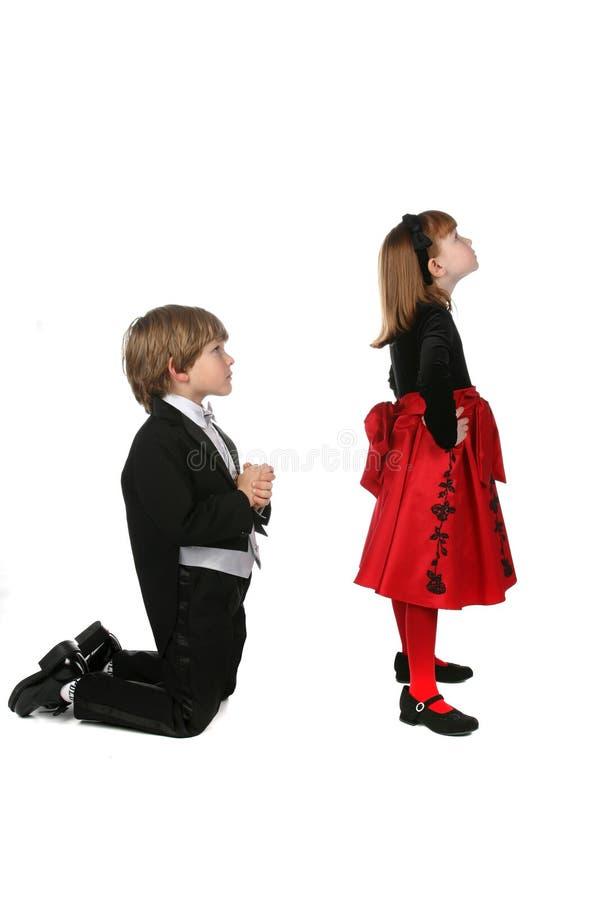 Niños jovenes en ropa formal en el argumento fotos de archivo
