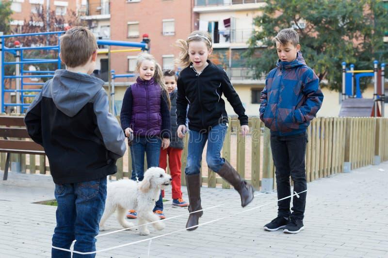 Niños jovenes que saltan en cuerda elástico de salto fotos de archivo libres de regalías