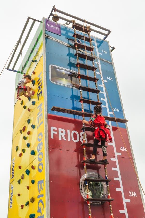 Niños jovenes que suben una torre de siete metros fotos de archivo libres de regalías