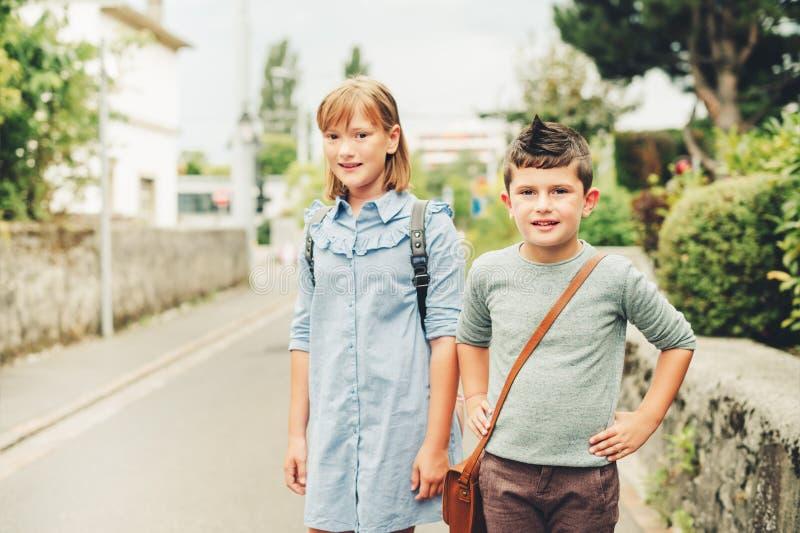 Niños lindos con las mochilas fotografía de archivo libre de regalías
