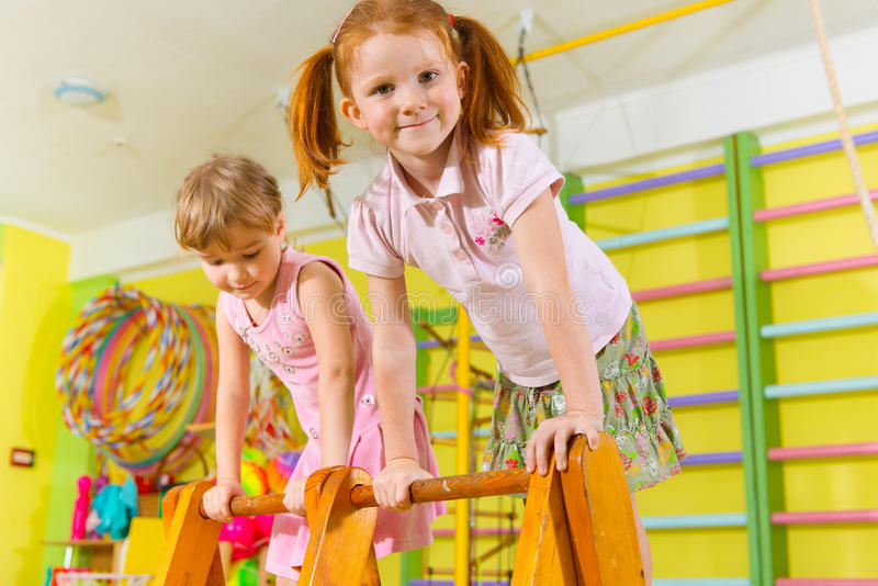 Niños lindos en gimnasio imagen de archivo