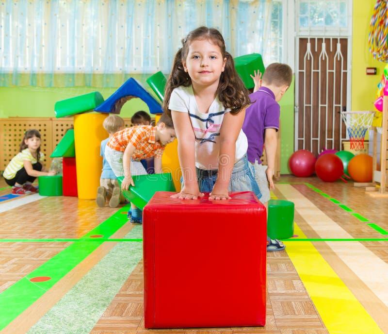 Niños lindos en gimnasio fotografía de archivo