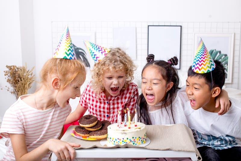 Niños lindos que cantan canciones en fiesta de cumpleaños imagen de archivo libre de regalías