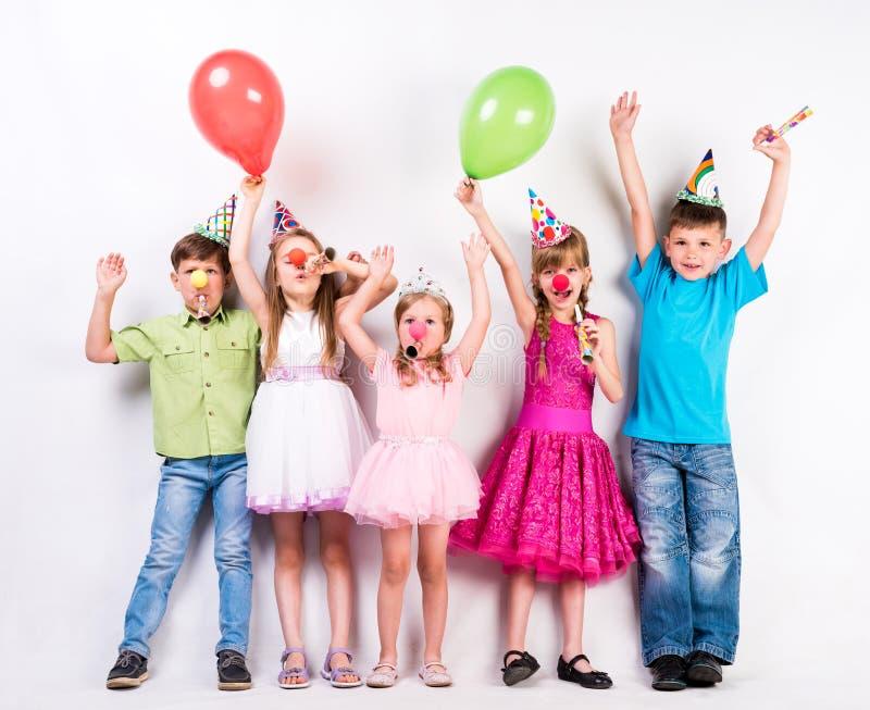 Niños lindos que celebran cumpleaños foto de archivo