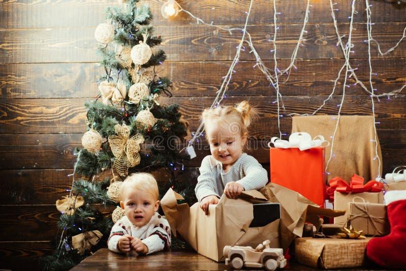 Niños lindos que celebran la Navidad Niños de la Navidad - concepto de la felicidad Regalo de los niños Pequeño niño lindo cerca fotografía de archivo