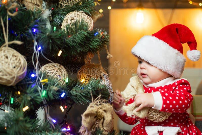 Niños lindos que celebran la Navidad niño Niño feliz con el regalo de la Navidad imagen de archivo libre de regalías