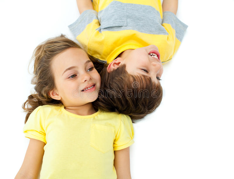 Niños lindos que mienten en el suelo fotos de archivo