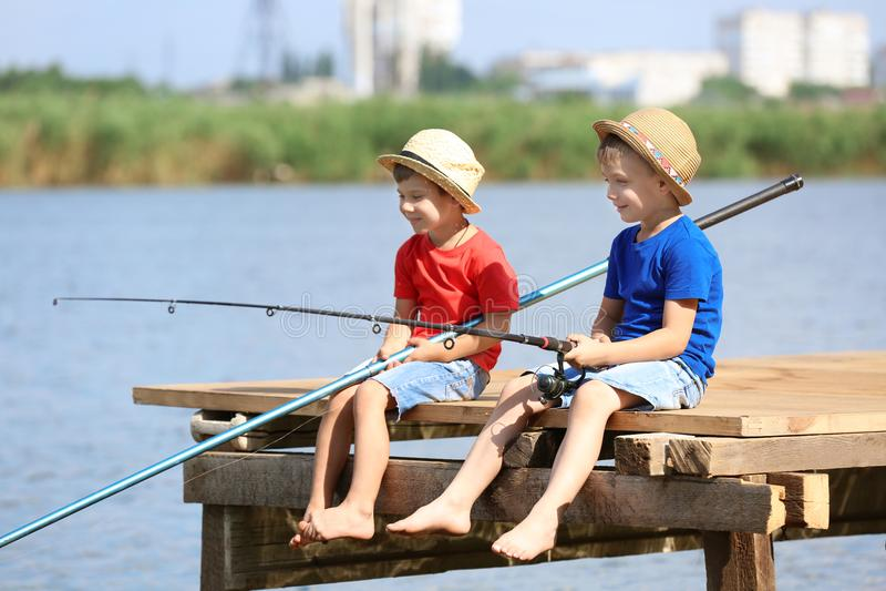 Niños lindos que pescan el día de verano fotos de archivo libres de regalías