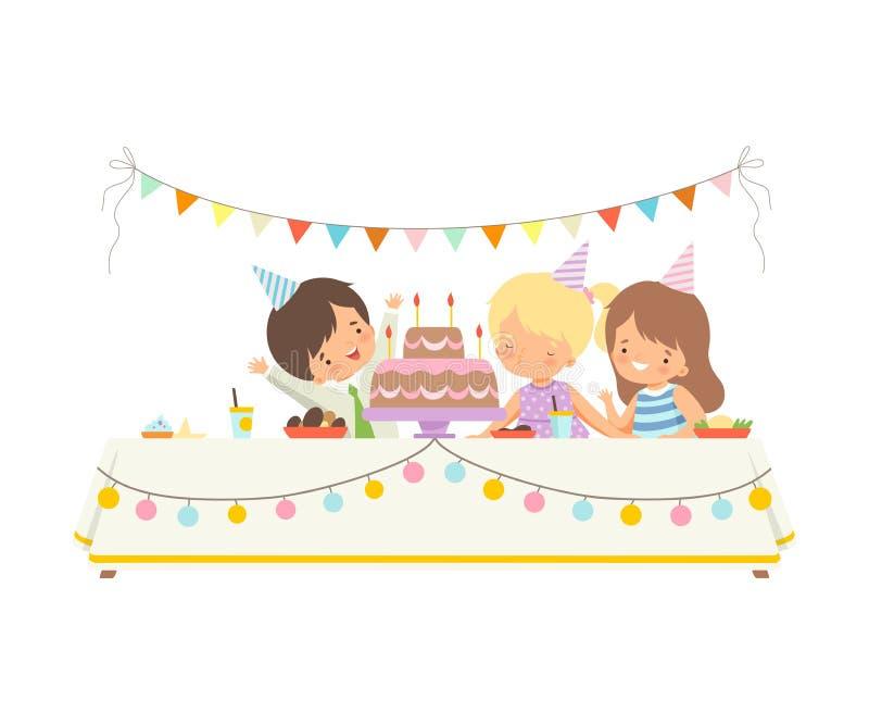 Niños lindos que se sientan en la tabla festiva, velas que soplan en la torta festiva, celebración de la muchacha adorable del pa libre illustration