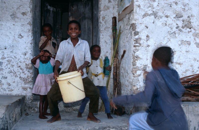 Niños locales que juegan, Zanzíbar. imagenes de archivo