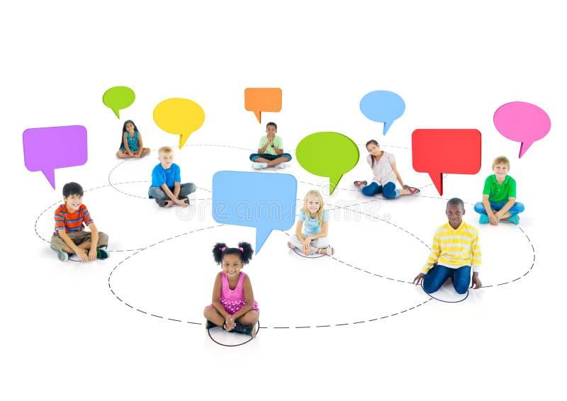 Niños Multi-étnicos conectados y burbujas vacías del discurso arriba fotografía de archivo libre de regalías