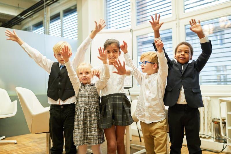 Niños multiculturales del grupo como equipo acertado fotografía de archivo libre de regalías