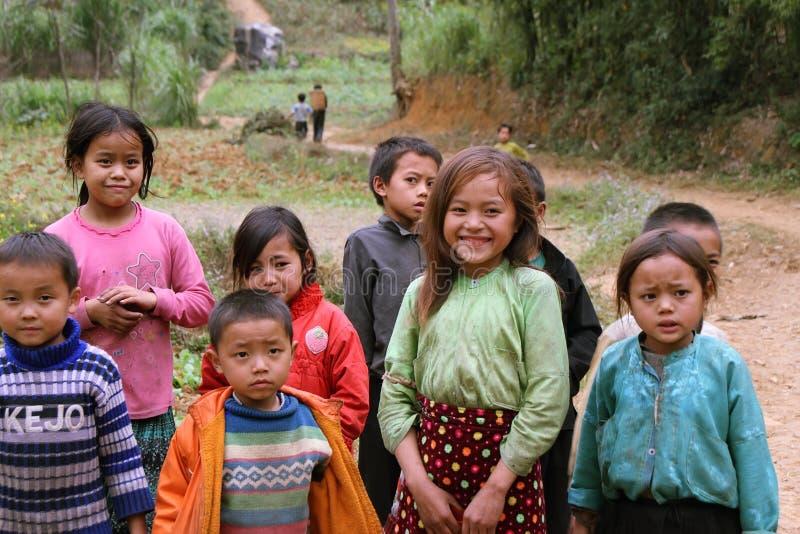 Niños no identificados en el distrito montañoso de Dong Van fotografía de archivo
