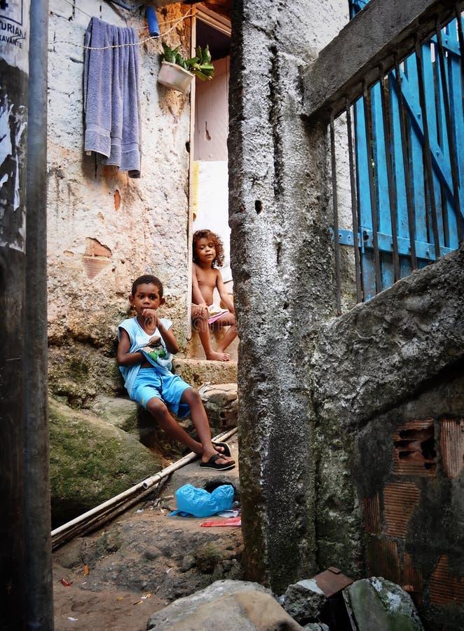 Niños no identificados en Favela Rocinha. Rio De Janeiro. El Brasil. fotografía de archivo