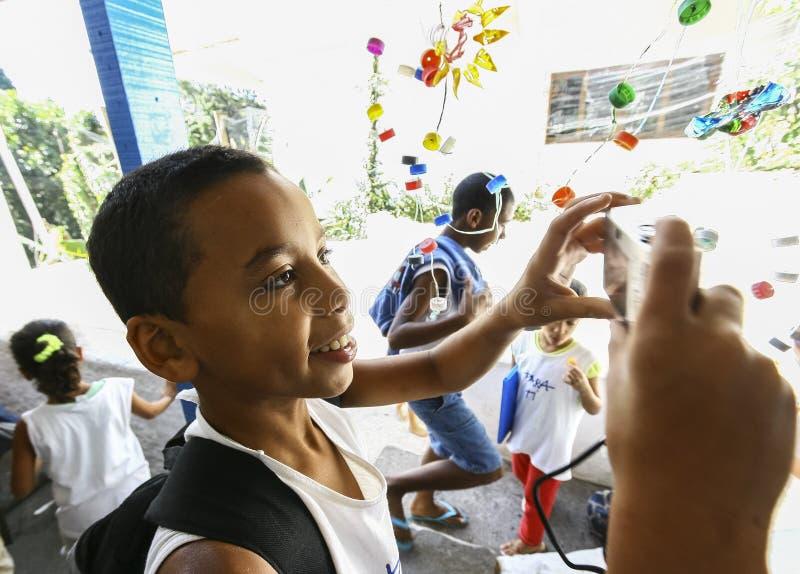 Niños no identificados que juegan en la escuela situada en Favela Rocinha fotografía de archivo libre de regalías