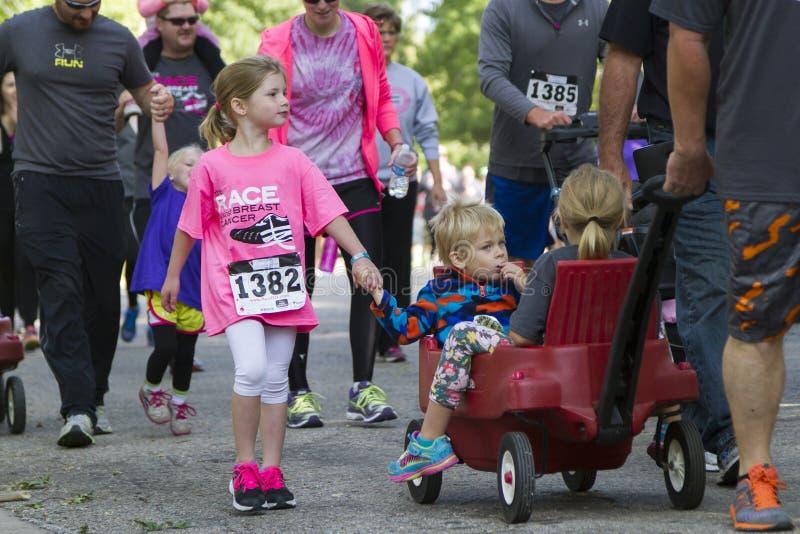 Niños no identificados que participan en la raza 5K foto de archivo