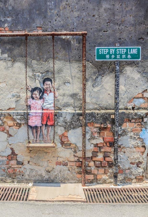 Niños nombrados de las ilustraciones de la pared de Penang en el oscilación imagenes de archivo