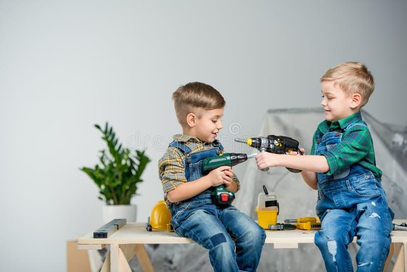 Niños pequeños con las herramientas fotografía de archivo libre de regalías