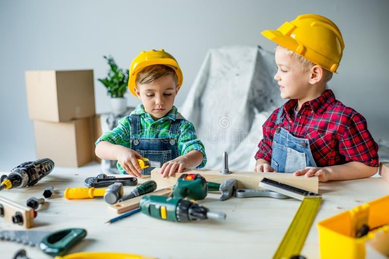 Niños pequeños con las herramientas imágenes de archivo libres de regalías