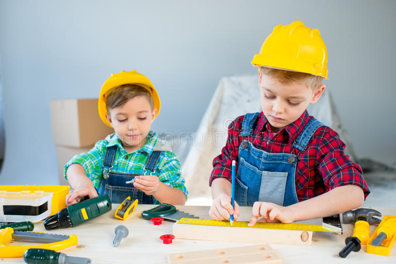 Niños pequeños con las herramientas imagen de archivo