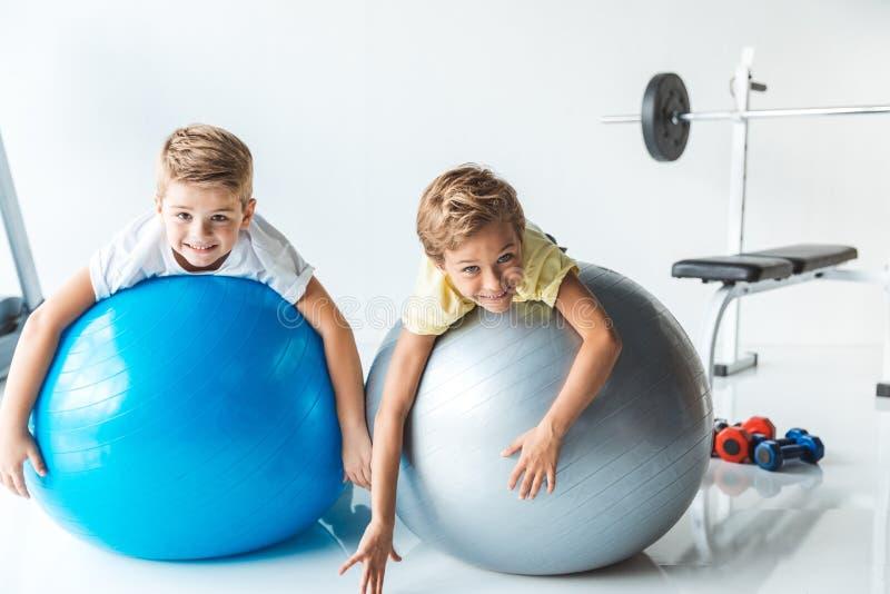 niños pequeños en bolas de la aptitud fotografía de archivo
