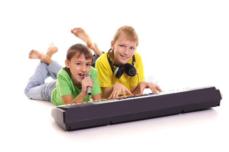 niños pequeños en el sintezator imagenes de archivo