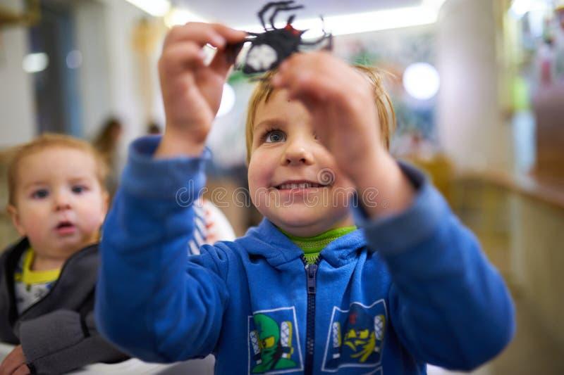 Niños pequeños lindos que juegan con los juguetes por el hogar foto de archivo libre de regalías
